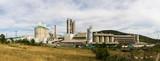 Planta de Fabricacion de Cemento - Vista panorámica de planta industrial para la fabricacion de cemento con naves, silos y torres