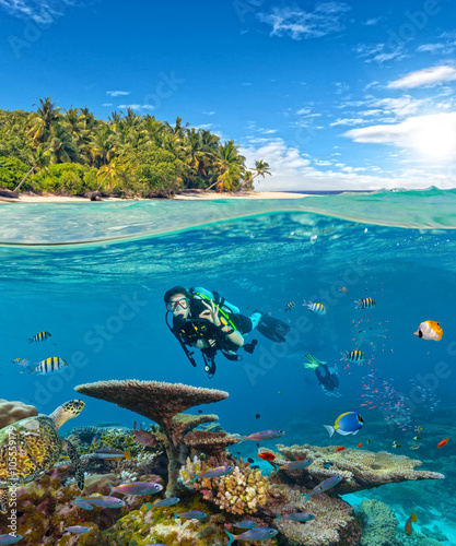mata magnetyczna Underwater coral reef with scuba divers