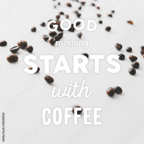 ziarna-kawy-porozrzucane-na-stole-i-wyciagniete-recznie-cytaty-dzien-dobry-zaczyna-sie-od-kawy