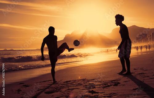 Fussballspiel am Strand in Rio bei Sonnenuntergang Poster