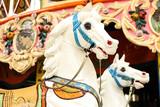 Weißes Pferd auf Karussell