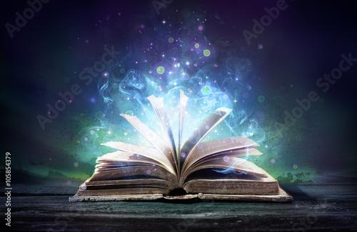 livre-ensorcele-avec-magie-brille-dans-les-tenebres