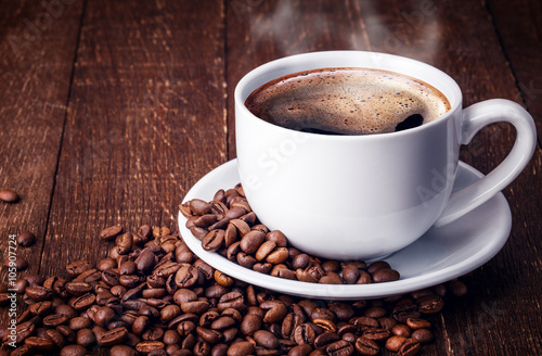 Papiers peints Café en grains Cup coffee beans wooden