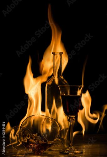 butelka-i-szkla-alkohol-na-tle-f