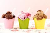gelato tre coppe colorate con gelato di frutta cioccolato e nocciole sfondo rosa