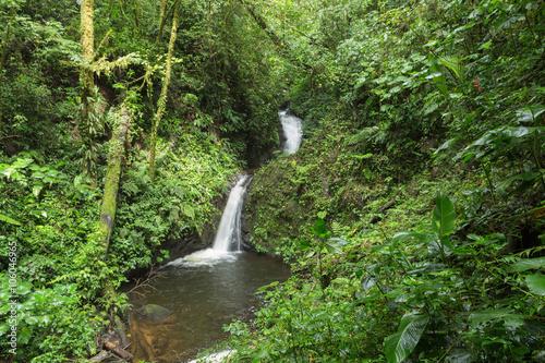 widok-wodospad-w-amazonskiej-dzungli