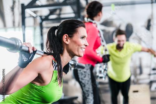 Frau im funktionalen training hebt Gewichte als Sport Poster