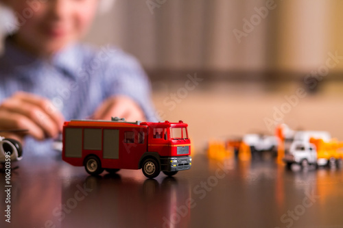 Zakończenie zabawkarski samochód strażacki.