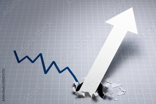 Poster 力強い成長を示すグラフ。 グレーのグラフ。悪い状況を変える、紙を突き破る矢印。