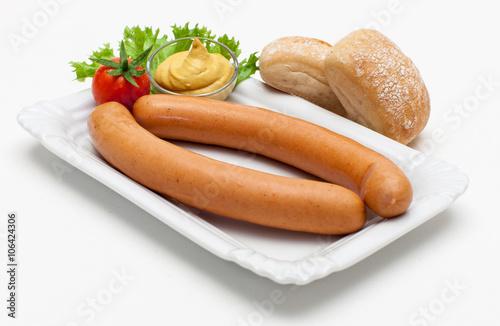 Ein Paar Wiener Würstchen mit Brötchen und Senf