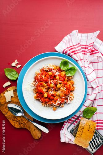 "Healthy vegetarian Italian pasta on bright background"" zdjęć ..."