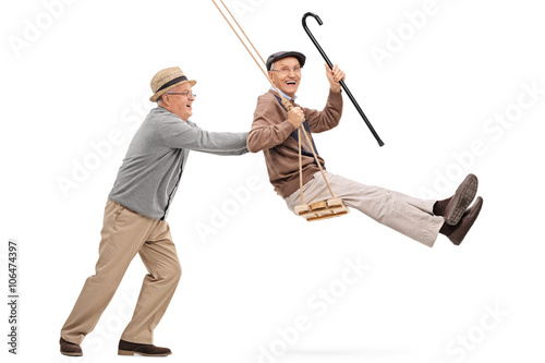 Deux messieurs supérieurs balancer sur une balançoire Poster