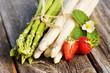 Leinwanddruck Bild - Asparagus, Spargel, grün und weiß, Bund, auf Holz, mit Erdbeeren, Textraum, Copy space