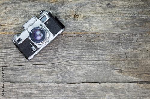 Zdjęcia Old analog camera on wooden surface
