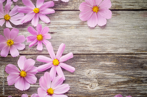 Tuinposter Hout flowers on wooden background