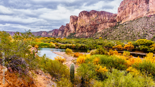 Deurstickers Arizona Salt River and Surrounding Mountains in the Arizona Desert in the United States