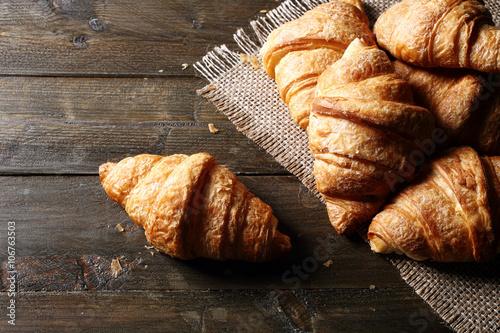 Plagát, Obraz vista dall'alto croissant o cornetti su tavolo di legno rustico