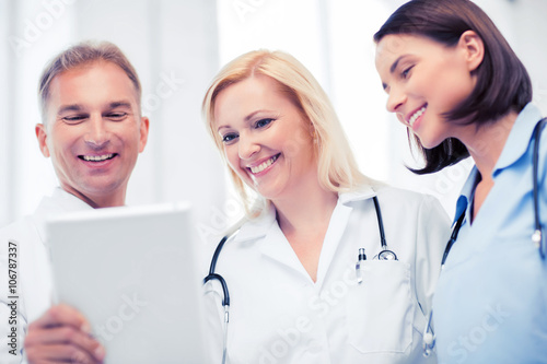 doctors looking at tablet pc Plakat