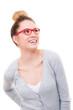 hübsche frau trägt rote brille