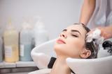 Mycie głowy w salonie fryzjerskim