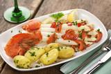 Spargel mit Sauce Vinaigrette an Lachs auf weißem Teller angerichtet