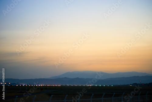 黄昏時の仙台空港と蔵王山系