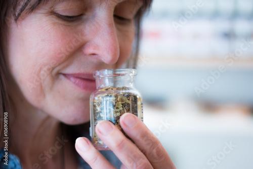 Zdjęcia Frau schnuppert an duftender Flasche