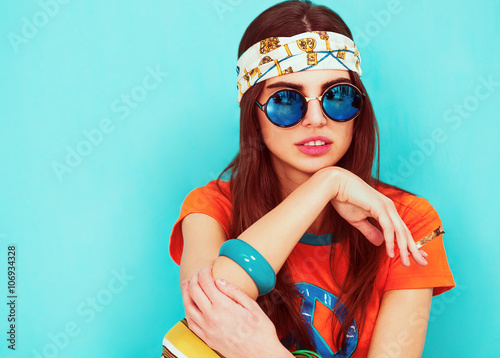 Poster Beautiful hippie girl portrait smoking and wearing sunglasses
