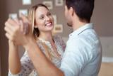 Fototapety lachendes paar übt tanzen zu hause