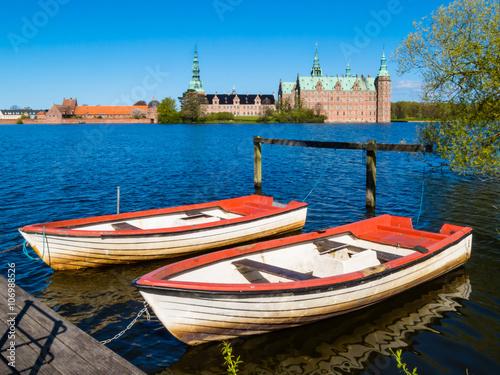 Póster Dos viejos barcos fila en el amarre en el lago Castillo