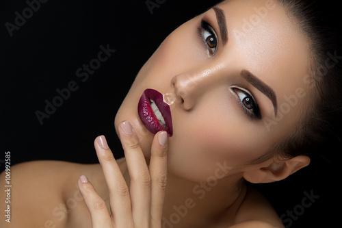 Póster Chica con los labios oscuros