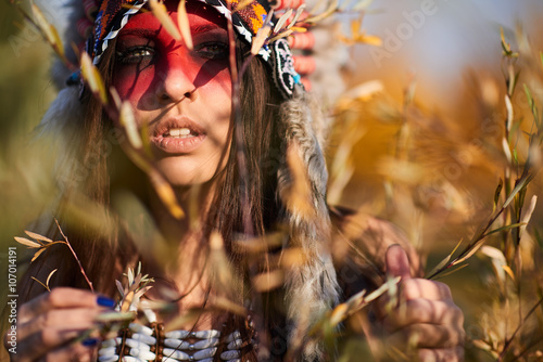 obraz PCV Beautiful girl in a suit of the American Indian
