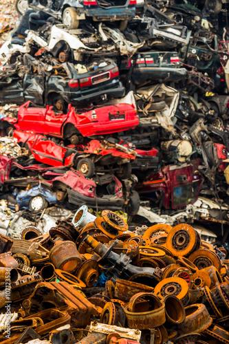 Leinwanddruck Bild Autos auf Schrottplatz
