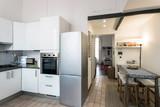 piccolo e grazioso appartamento ristrutturato con ingresso cucina, tavolo da pranzo e sullo sfondo ambiente living soggiorno