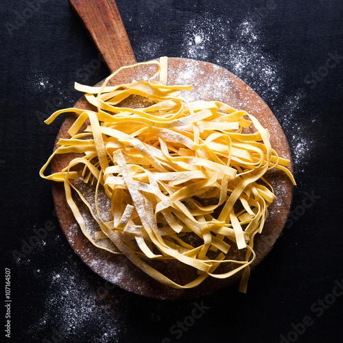 Póster Pasta fresca a bordo de corte de la vendimia
