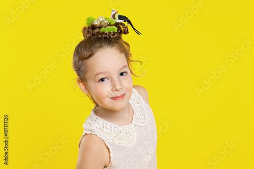 Leinwandbild Motiv Schönes Mädchen mit kreativer Frisur: Nest, Eier, Vogel