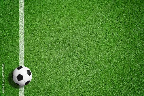 Foto Murales Fußball auf grünem Rasen mit Makierung
