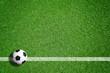 Quadro Fußball auf grünem Rasen mit Makierung