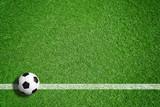 Fußball auf grünem Rasen mit Makierung - 107237962