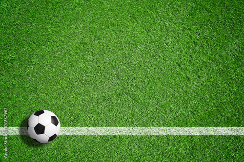 Fußball auf grünem Rasen mit Makierung Poster