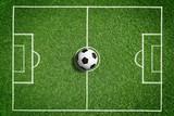 Fußball auf grünem Rasen mit Makierung - 107238585
