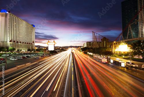 Foto op Aluminium Las Vegas busy traffic on road and modern buildings in purple sky in las vegas