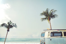 Vintage auto geparkeerd op het tropische strand (zee) met een surfplank op het dak - Leisure reis in de zomer