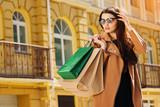 Счастливый шоппинг. Молодая красивая девушка с покупками.