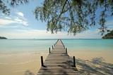 Drewniane molo na słonecznej plaży
