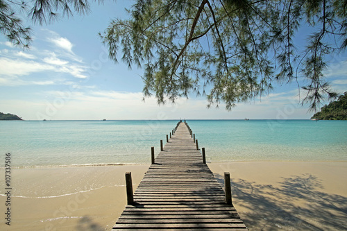 obraz PCV wooden jetty on sunny beach