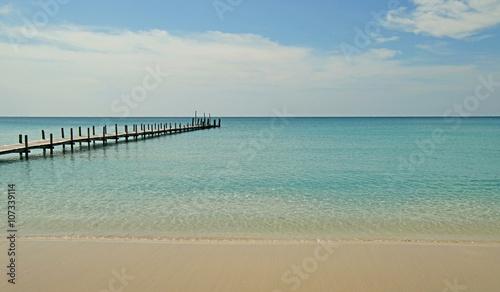 Panel Szklany wooden jetty on sunny beach