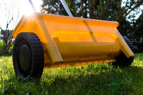 naklejka rasen gras d ngen mit gelbem streuwagen trawa rolnych chemiczny fototapety foteks. Black Bedroom Furniture Sets. Home Design Ideas