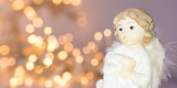 ängel med ofokuserad bakgrund av julbelysning