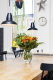 rosor i glasvas på matbord